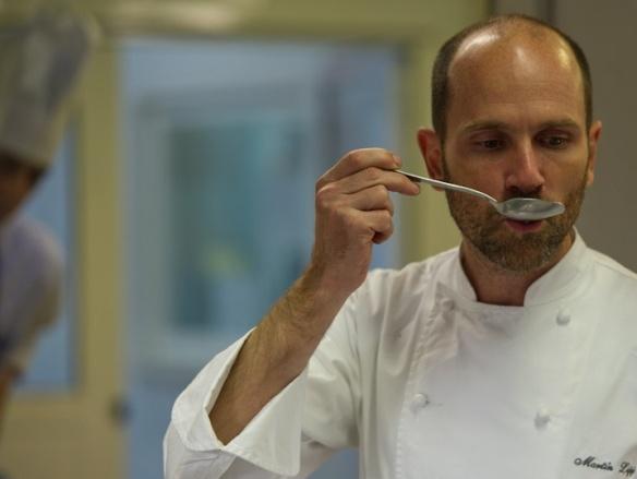 Martín Lippo probando nuevas técnicas culinarias