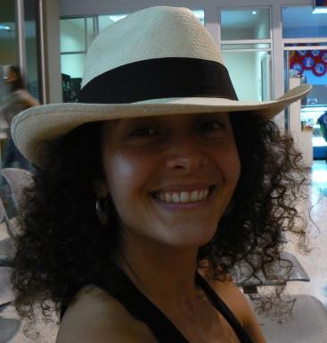 Monica en un aeropuerto de Colombia