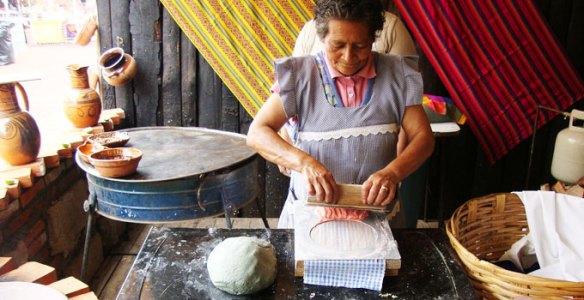 Mexicana cocinando (Cortesía: seccionamarilla.com.mx)
