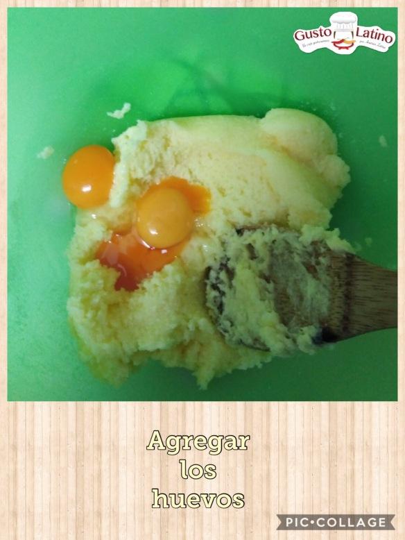 Agregar huevos a mezcla